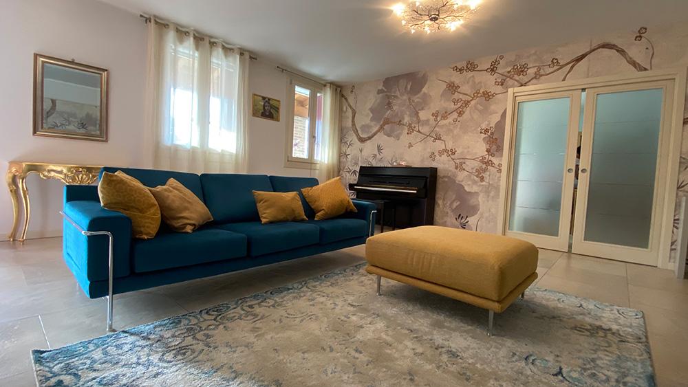 divano blu con cuscini gialli
