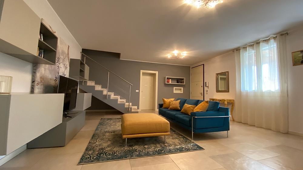 soggiorno con divano colorato