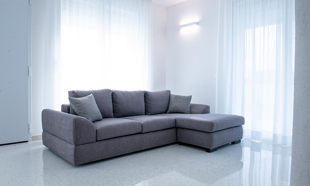 divano moderno grigio padova